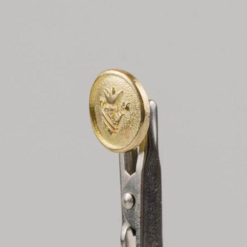 Guzik z herbem i koroną kolor złoty śr. 15 mm