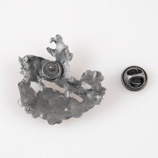 Odznaka turystyczna z skaczącą kozicą i napisem Tatry kolor stare srebro na pin