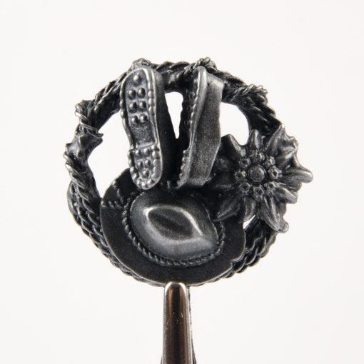 Odznaka turystyczna okrągła z kapeluszem, szarotką, butami i liną kolor stare srebro na pin