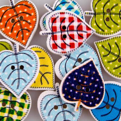 Guzik drewniany Listki, 2 dziurki, różne kolory MIX