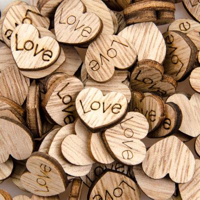 Guzik drewniany serce z napisem Love do przyklejenia