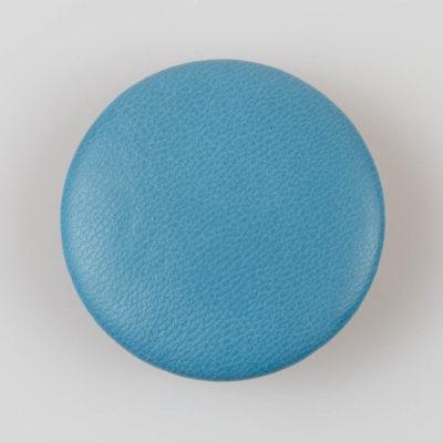 Guzik obciągany skórą naturalną w kolorze jasno niebieskim, śr. 50 mm