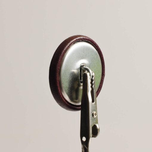 Guzik ciemno brązowy obciągany skórą cielęcą 32 mm