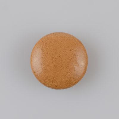 Guzik obciągany sztuczną skórą w kolorze beżowym, śr. 25 mm