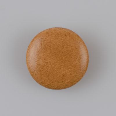 Guzik obciągany sztuczną skórą w kolorze beżowym, śr. 28 mm