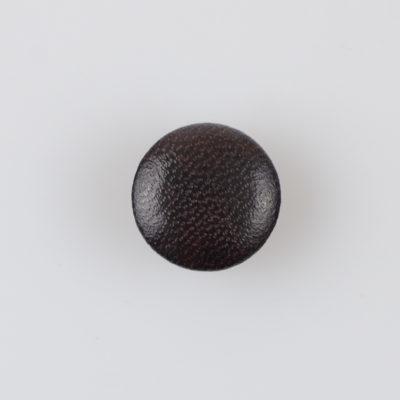 Guzik obciągany sztuczną skórą w kolorze ciemnobrązowym, śr. 18 mm