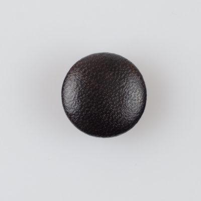 Guzik obciągany sztuczną skórą w kolorze ciemnobrązowym, śr. 20 mm