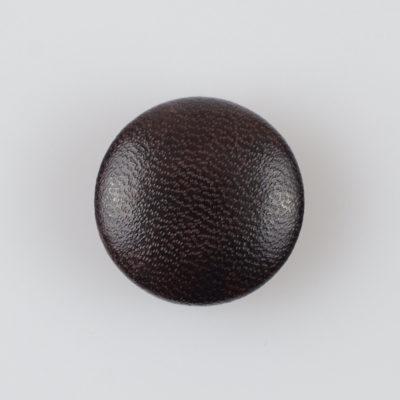 Guzik obciągany sztuczną skórą w kolorze ciemnobrązowym
