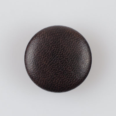 Guzik obciągany sztuczną skórą w kolorze ciemnobrązowym, śr. 28 mm