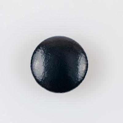 Guzik obciągany sztuczną skórą w kolorze czarnym, śr. 23 mm