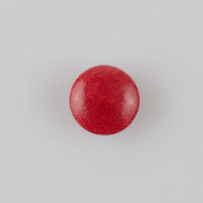 Guzik obciągany sztuczną skórą w kolorze czerwonym, śr. 18 mm