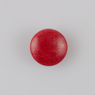 Guzik obciągany sztuczną skórą w kolorze czerwonym, śr. 21 mm