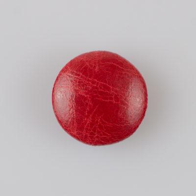 Guzik obciągany sztuczną skórą w kolorze czerwonym, śr. 25 mm