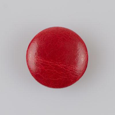 Guzik obciągany sztuczną skórą w kolorze czerwonym, śr. 28 mm