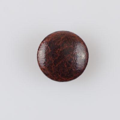Guzik obciągany sztuczną skórą w kolorze czekoladowym, śr. 21 mm