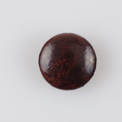 Guzik obciągany sztuczną skórą w kolorze kasztanowym, śr. 23 mm