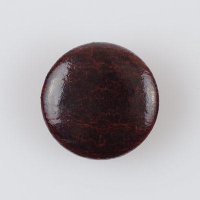 Guzik obciągany sztuczną skórą w kolorze czekoladowym, śr. 28 mm