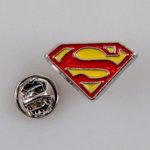 Superman znaczek na pin/ szpilkę kolor srebrny z czerwono-żółtą emalią