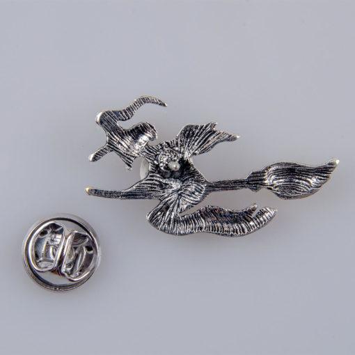 Wiedźma na miotle znaczek na pin/ szpilkę kolor srebrny
