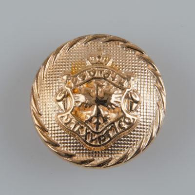 Guzik metalowy typu angielskiego z herbem i ozdobnym rantem kolor złoty śr. 23 mm