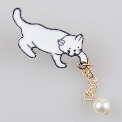 Kot z piłeczką, znaczek metalowy na pin/ szpilkę, biała emalia