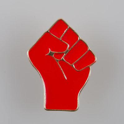 Przypinka na pin Zaciśnięta Pięść kolor czerwono-złoty