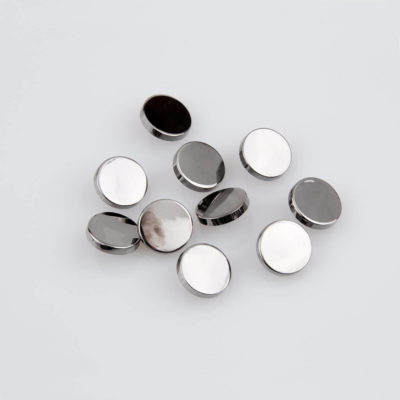 Guzik płaski metalowy błyszczący srebrny oksydowany, śr. 15 mm