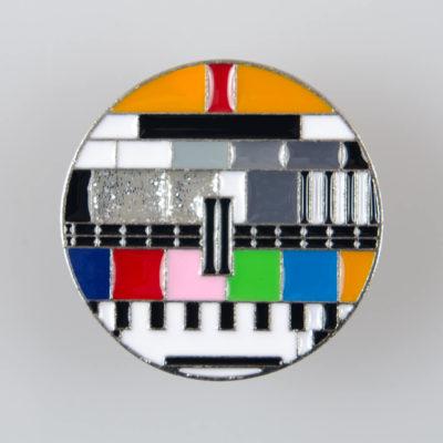 Plansza testowa TV znaczek pin kolor srebrny z kolorową emalią.