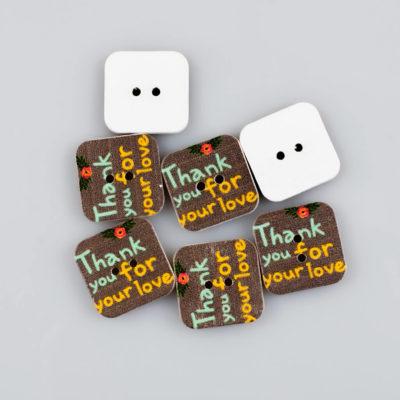 Guzik drewniany kwadratowy z napisem, 2 dziurki do przyszycia, kolor brązowy